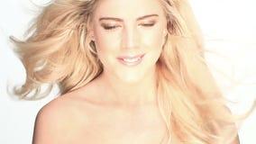 白肤金发的性感的妇女 影视素材
