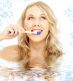 白肤金发的愉快的牙刷水 免版税库存图片