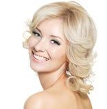 白肤金发的愉快的纵向妇女 免版税库存图片