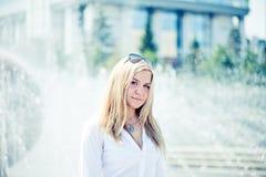 年轻白肤金发的户外妇女画象 免版税库存照片