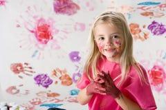 白肤金发的手指女孩少许绘画 免版税库存照片