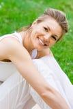 白肤金发的执行的女孩公园瑜伽 免版税图库摄影