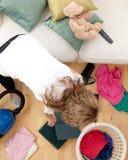 白肤金发的执行的家事妇女 免版税库存图片