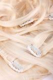 白肤金发的扩展名头发集 免版税库存图片
