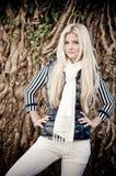 白肤金发的摆在的妇女 图库摄影