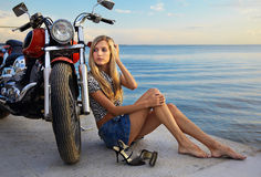 白肤金发的摩托车红色 库存照片