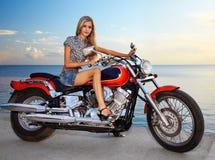 白肤金发的摩托车红色 免版税库存照片