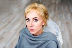 白肤金发的新娘的面孔 在美容院的发型过程 婚礼发型 库存照片