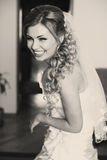 白肤金发的新娘看起来华美摆在窗口后 库存图片