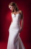 白肤金发的新娘逗人喜爱的柔和的摆在的工作室 免版税库存图片