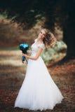 白肤金发的新娘Luxuty画象有新娘花束的在秋天 免版税图库摄影