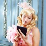 白肤金发的方式公主妇女读取ebook片剂 免版税库存图片