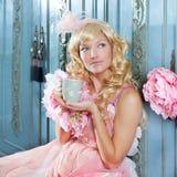 白肤金发的方式公主妇女饮用的茶 免版税图库摄影