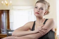 白肤金发的方式可爱的妇女 免版税库存图片