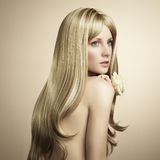 白肤金发的方式头发照片妇女年轻人 免版税库存照片
