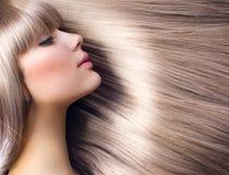 白肤金发的方式女孩头发 免版税库存照片