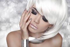 白肤金发的方式女孩 发烟性眼睛构成 秀丽画象妇女 免版税库存图片