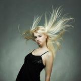 白肤金发的方式纵向妇女年轻人 免版税库存照片