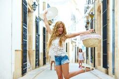 白肤金发的旅游女孩在地中海老镇 库存图片