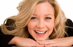 白肤金发的服务台放置微笑的妇女的她 免版税图库摄影