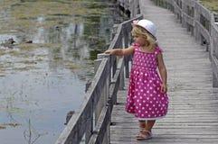 白肤金发的木板走道女孩一点 免版税库存图片