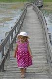 白肤金发的木板走道女孩一点 免版税图库摄影