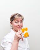 白肤金发的杯子发球区域妇女 图库摄影