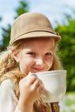 白肤金发的杯子女孩 库存照片