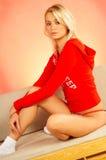 白肤金发的松弛妇女年轻人 免版税图库摄影