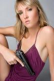 白肤金发的枪妇女 免版税库存图片