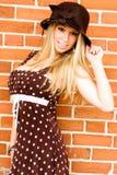 白肤金发的棕色礼服帽子 免版税图库摄影