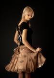 白肤金发的棕色跳舞裙子 免版税库存图片