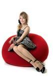 白肤金发的椅子女孩红色坐谁 图库摄影