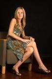 白肤金发的椅子性感的妇女年轻人 免版税库存照片