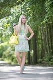 白肤金发的模型在公园 免版税图库摄影