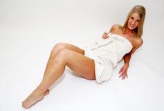 白肤金发的毛巾妇女 免版税库存图片