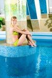 白肤金发的池s警报器游泳 库存图片
