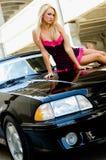 白肤金发的汽车体育运动 免版税库存照片