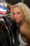 白肤金发的汽车女孩头发的洗涤 免版税图库摄影
