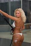 白肤金发的汽车女孩洗涤 免版税库存照片
