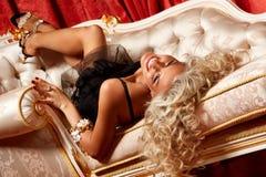 白肤金发的沙发 库存图片
