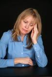 白肤金发的沮丧的老妇人 免版税库存图片