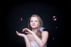 白肤金发的泡影特写镜头女孩纵向肥&# 免版税图库摄影
