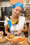 白肤金发的烹调女孩厨房 免版税图库摄影