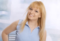 白肤金发的特写镜头愉快的纵向妇女年轻人 库存照片