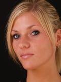 白肤金发的特写镜头纵向严重的妇女年轻人 免版税库存照片