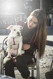 白肤金发的狗女孩 免版税库存照片