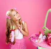 白肤金发的玩偶方式女孩美发师 免版税图库摄影