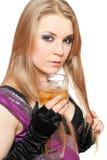 白肤金发的玻璃性感的威士忌酒年轻&# 免版税图库摄影