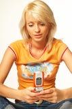 白肤金发的电池女孩电话 图库摄影